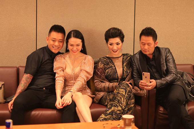 Tuấn Hưng cùng vợ còn vui vẻ gặp lại ca sĩ Nguyễn Hồng Nhung và đàn anh Bằng Kiều trong một show diễn.