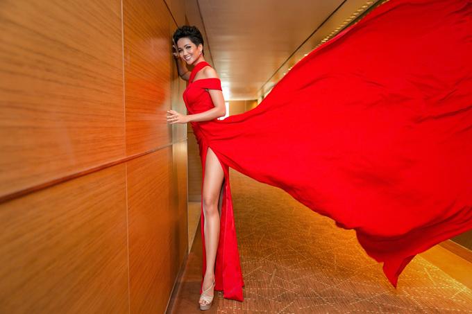 HHen Niê ấn tượng với váy xẻ vạt màu đỏ rực. Cô tiết lộ được nhà thiết kế chuẩn bị jumpsuit mặc trong để tự tin và không sợ gặp sự cố với những bộ cánh cắt xẻ táo bạo.