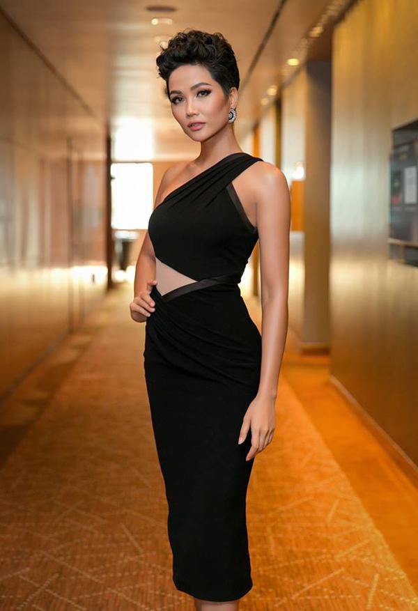 HHen Niê tiết lộ, cô từng gắn bó với nhà thiết kế Linh San từ cuộc thi Hoa hậu Hoàn vũ Việt Nam 2017. Lần này, đại diện Việt Nam được chị Linh San chuẩn bị cả váy dự thi bán kết, chung kết và trang phục mặc trong các hoạt động bên lề của Miss Universe. Nhà thiết kế dự định sẽ sang Thái Lan cổ vũ cho HHen Niê trong đêm chung kết.