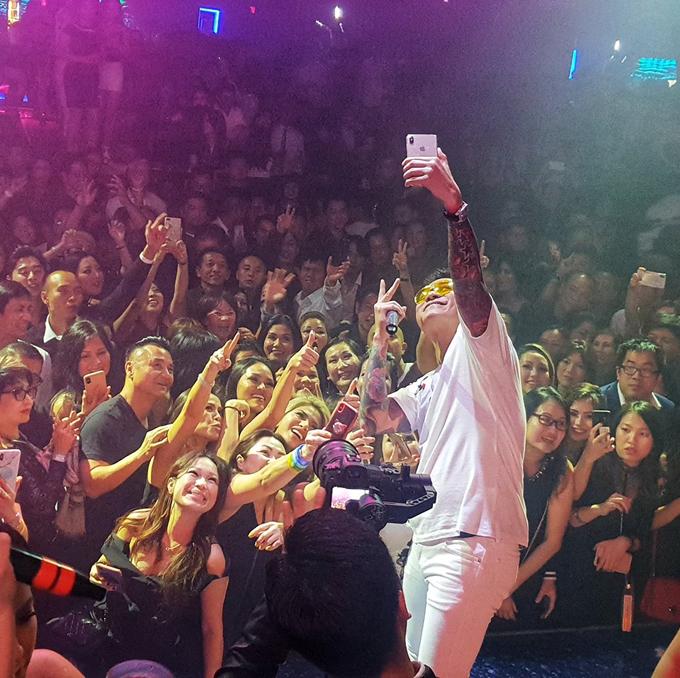 Anh cũng rất hạnh phúc bởi nhận được sự yêu thương của khán giả Mỹ trong chuyến lưu diễn dài ngày.