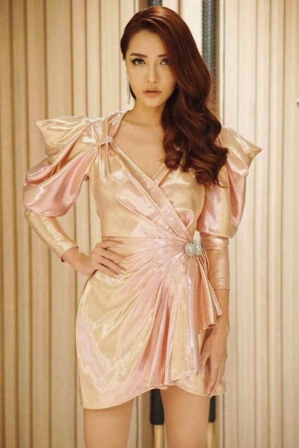 Bích Phương cá tính và không kém phần gợi cảm khi xuất hiện trong mẫu váy vạt xéo, kết khối cầu vai độc đáo.