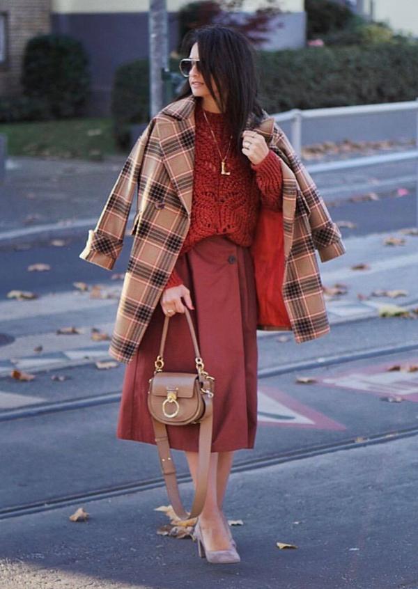 Vải in họa tiết ca rô được dùng để cắt may nhiều kiểu trang phục dễ mặc. Trong đó chân váy và áo khoác là hai món đồ được khai thác nhiều nhất.