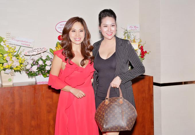 Phi Thanh Vân mặc váy bó, xách túi hiệu đến chung vui cùng người chị thân thiết.