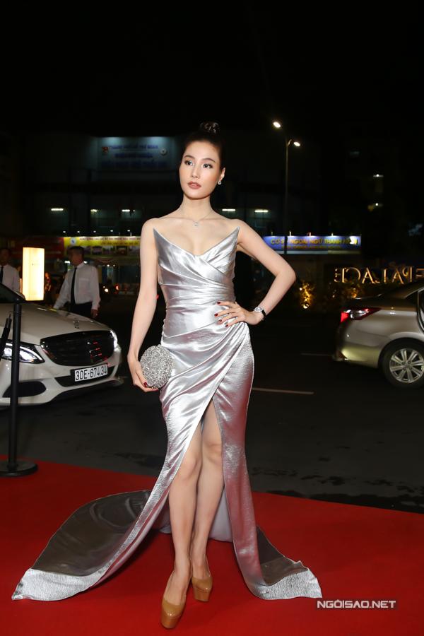 Váy dạ hội cắt may trên vải metalic ánh bạc được Diễm My 9x lựa chọn để hòa nhịp cùng cơn sốt mới.