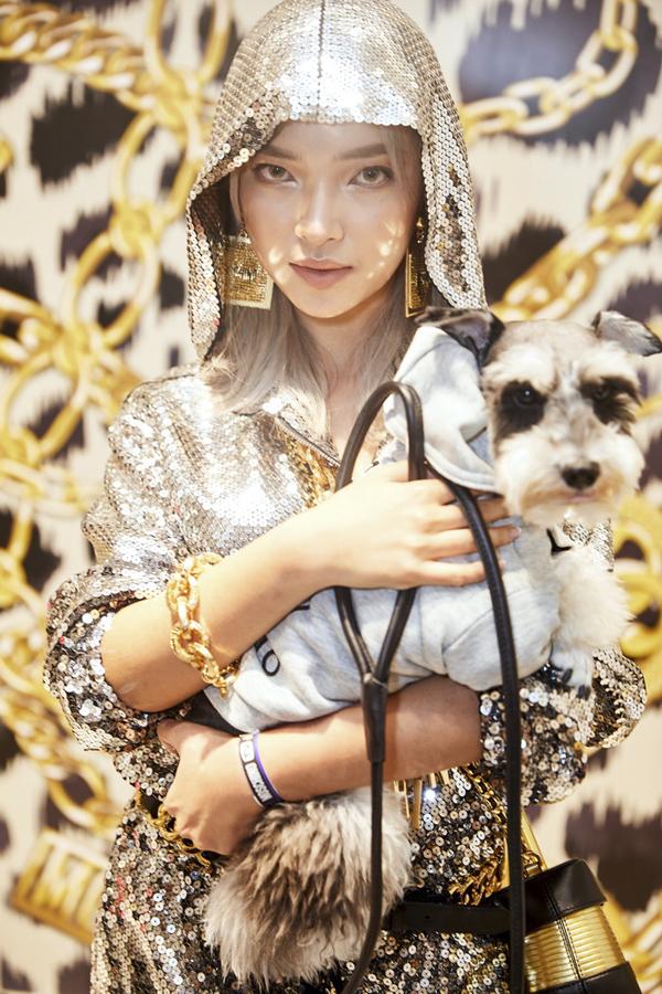 Trang phục lấp lánh ánh bạc được Châu Bùi chọn lựa để giúp mình hút ánh nhìn khi tham gia buổi giới thiệu bộ sưu tập của thương hiệu nổi tiếng.