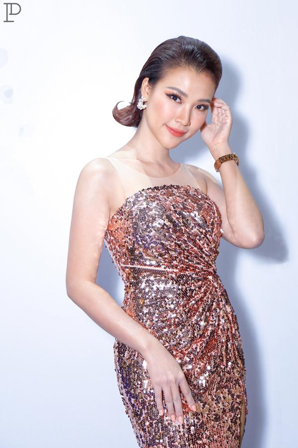 Váy dạ tiệc thiết kế trên vải lóng lánh trở lại thời đỉnh cao nhờ sự lăng xê của hàng loạt người đẹp Việt. MC Hoàng Oanh cũng là một trong số đó.