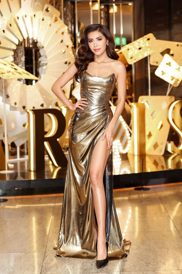 Váy cắt cíp ngực độc đáo được thêm chi tiết xẻ cao khiến hình ảnh Minh Tú trở nên sexy hơn.