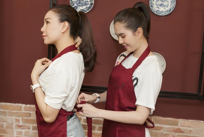 Ngọc Trinh đeo tạp dề, chuẩn bị song kiếm hợp bích nấu món lẩu chim bồ câu cùng cô bạn thân.