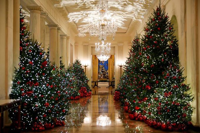 Còn gần một tháng mới chính thức tới Giáng sinh nhưng Nhà Trắng hiện đã hoàn thành quá trình trang trí để chào đón kỳ nghỉ này và năm mới. Năm nay, chủ đề trang trí là Báu vật nước Mỹ do chính bà Melania chịu trách nhiệm.