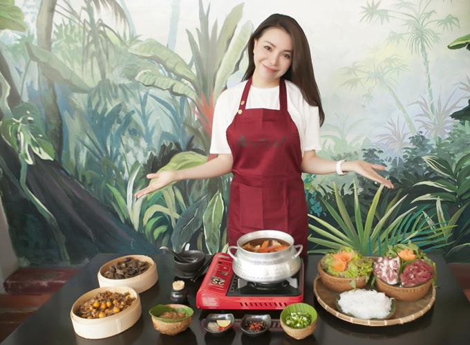 Trà Ngọc Hằng khoe thành quả sau một buổi cặm cụi nấu nướng cùng Ngọc Trinh.