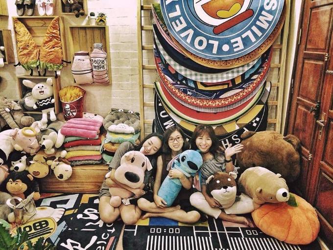 Chị Nhung (ở giữa) cho biết chính nhờ Shopee mà chị mạnh dạn đầu tư thêm vốn mở rộng danh mục sản phẩm để đáp ứng đa dạng nhu cầu của khách hàng