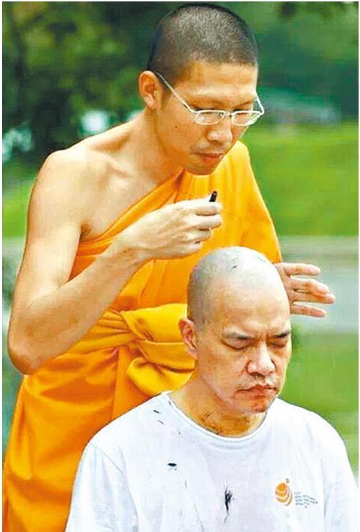 Hồng Triêu Phong xuất gia tại Thái Lan.