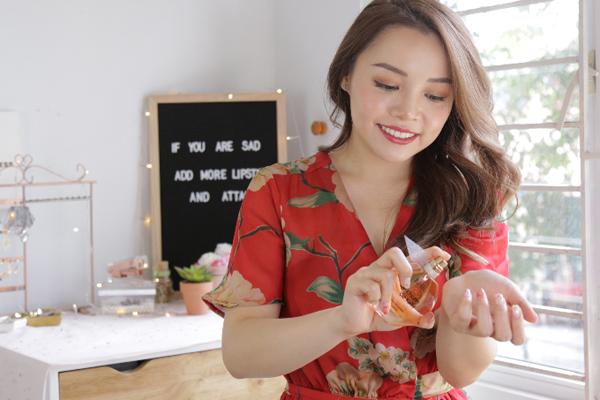 Trinh Phạm là một trong những beauty blogger được nhiều bạn trẻ Việt yêu mến. Cô nàng sở hữu kênh Youtubevới gần 800.000 lượt đăng ký. Mới đây, trên trang cá nhân, nàng beauty bloggerchia sẻ về hai việc không thể bỏ qua trước khi ra khỏi nhà, đó là tô son và xịt nước hoa.