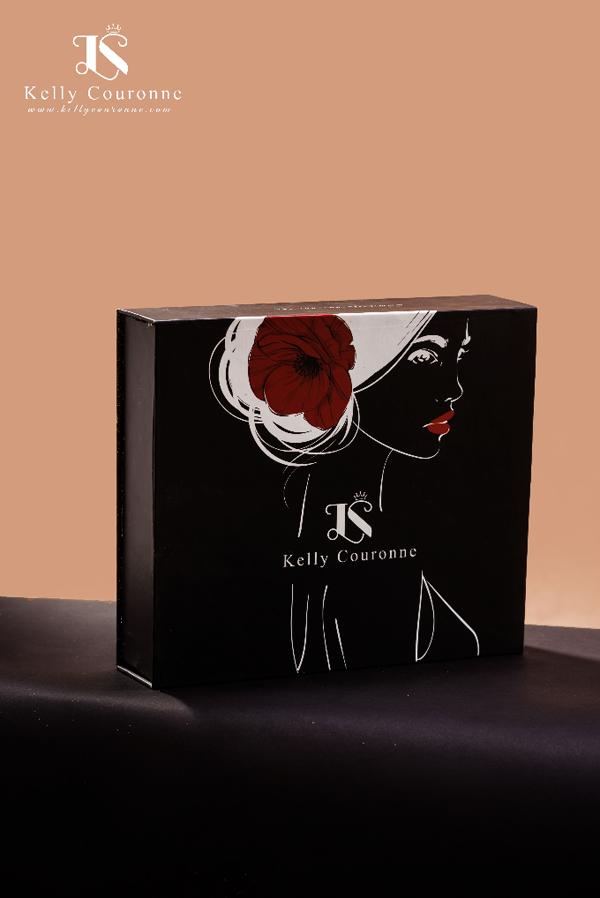 Trinh Phạm nhận xét bộ sản phẩm có thiết kế sang trọng. Nước hoa và son được đặt trong chiếc hộp đen tối giản lấp lánh với cành hồng vàng, trông bắt mắt.