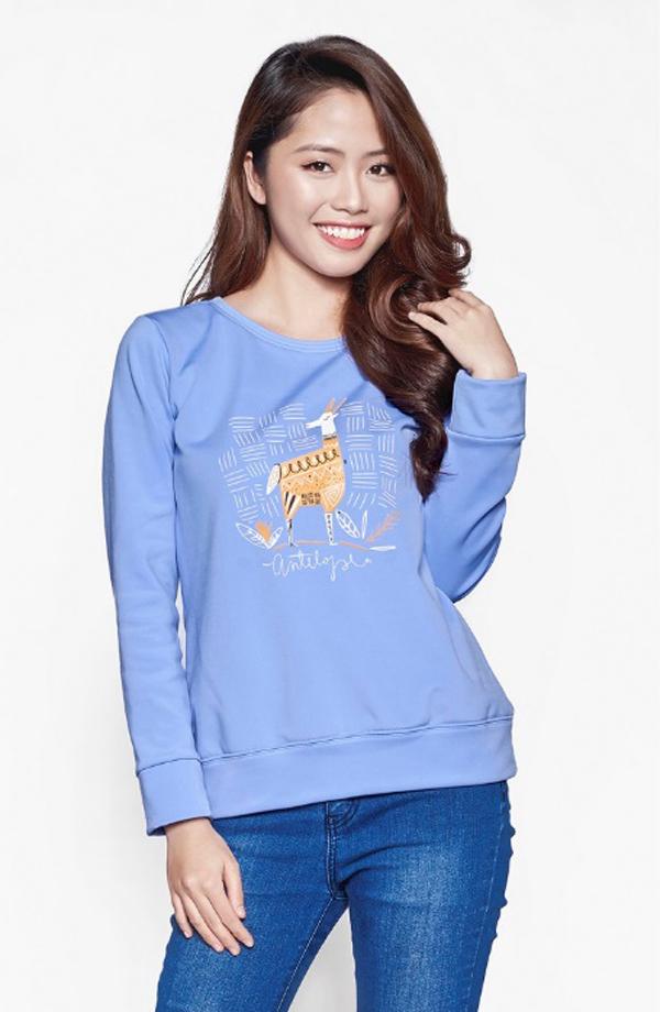 Cũng là nhãn hiệu Kisetsu, áo nỉ nữ xanh dương có thiết kế tinh tế, mang đến cho bạn vẻ ngoài dịu dàng màtiện lợi và thoải mái trong tiết trời thu đông se lạnh.