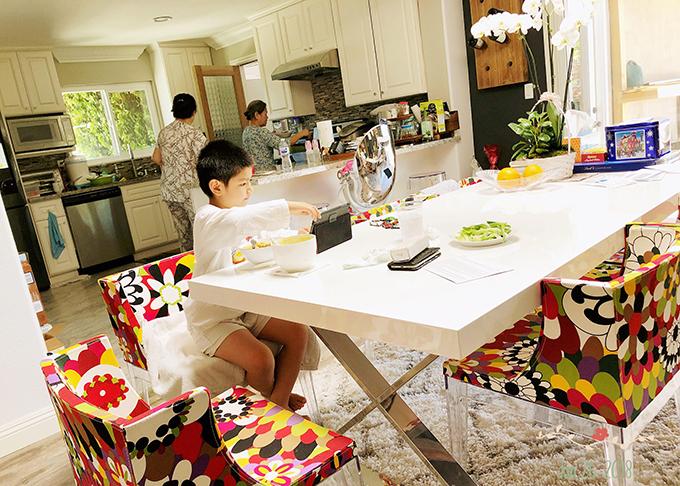 Nhà bếp rộng lớn là nơi gia đình Hồng Nhung tụ tập vào mỗi bữa ăn. Vì cô thường xuyên đi biểu diễn nên việc bếp núc được người thân hỗ trợ.