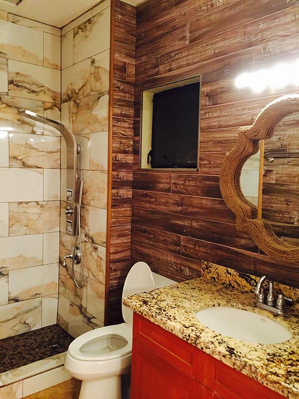 Phòng vệ sinh cũng được chủ nhân chăm chút kỹ lưỡng từ gạch ốp đến cách phối màu sắc.