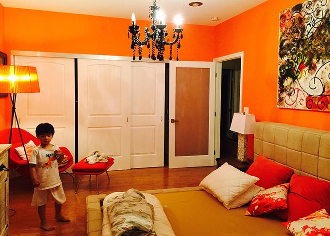 Một phòng ngủ khác của căn nhà dành cho khách với gam màu cam nổi bật.