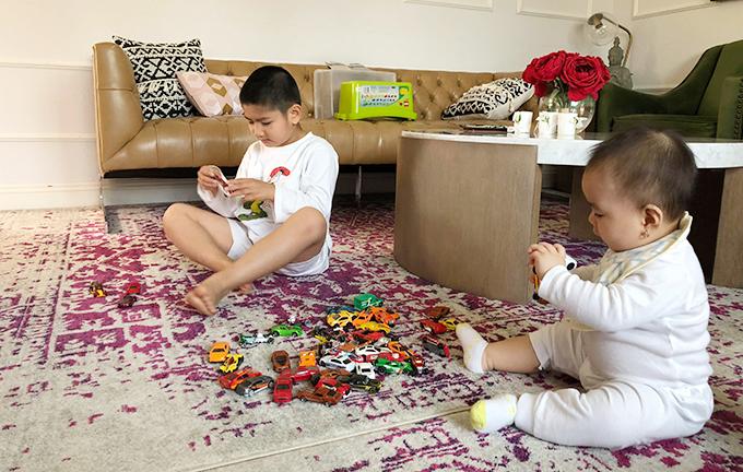 Phòng khách không chỉ là nơi để vợ chồng Hồng Nhung đón tiếp bạn bè mà còn trở thành chỗ để hai con của cô chơi đùa. Cậu bé Skyler bị tự kỷ rất hòa đồng với cô em gái Sukem.