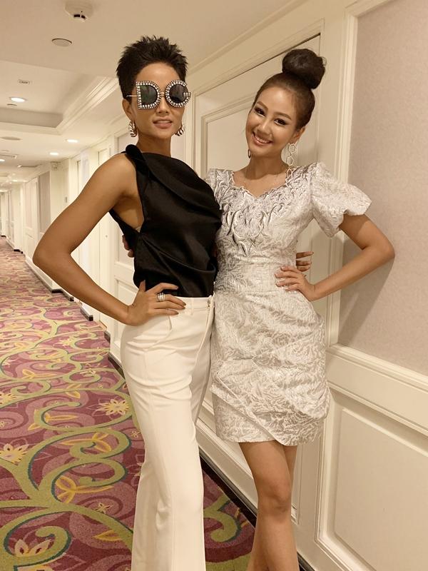 HHen Niê ở cùng phòng cùng Hoa hậu Hàn Quốc - Baek Ji-hyun. Người đẹp xứ kim chi năm nay 25 tuổi, cao 1,78 m, là người mẫu.