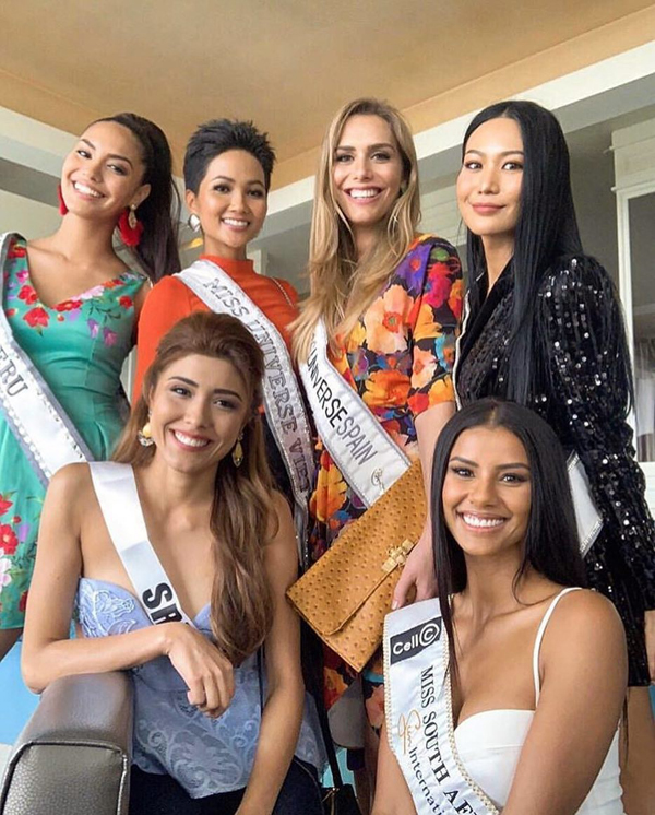 Hoa hậu Tây Ban Nha (mặc váy hoa) chụp cùng HHen Niê và các thí sinh trong ngày đầu tới Miss Universe.