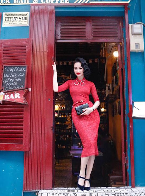 Màu son đỏ đậm quý phái, mái tóc uốn kiểu cách và trang phục tôn đường cong gợi cảm là các yếu tố giúp Angela Phương Trinh ghi điểm về phong cách cá nhân.