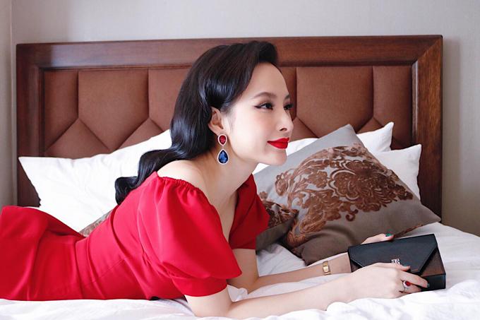 Váy đỏ với nhiều phom dáng khác nhau được nữ diễn viên sử dụng một cách hài hoà với tính chất sự kiện và bối cảnh không gian.