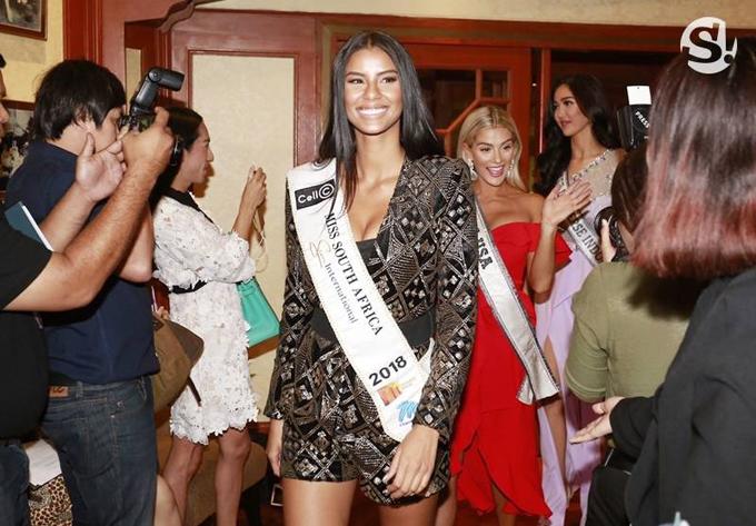 Hoa hậu Hoàn vũ Nam Phi tự tin ra mắt báo giới. Năm ngoái, người đẹp của Nam Phi là Demi-Leigh đã giành ngôi vị Miss Universe.