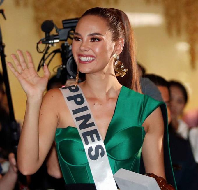 Ngay khi Miss Universe 2018 bắt đầu, mỹ nhân Philippines đã được nhiều chuyên trang sắc đẹp như Global Beauties và Missosology dự đoán sẽ đăng quang hoa hậu. Catriona Gray có vô số tiềm năng để giành chiến thắng từ nhan sắc, trí tuệ tới kinh nghiệm thi đấu... Điều này được chứng minh khi ngay từ bước chân đầu tiên tới Miss Universe, Catriona đã thu hút sự chú ý của các phóng viên và trở thành thí sinh nổi bật nhất.