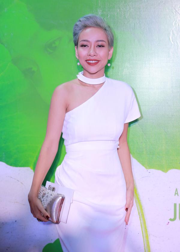 Thảo Trang mặc cây trắng đi tiệc.