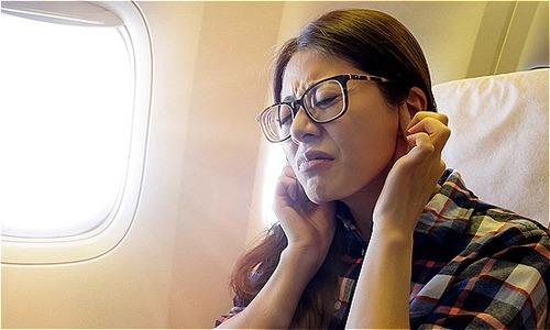 Cách vượt qua cơn ù tai hiệu quả khi đi máy bay