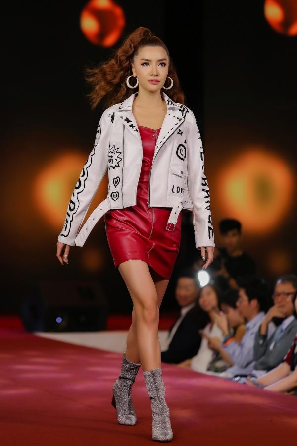 Tối 30/11, Bích Phương đảm nhận vai trò trình diễn catwalk trong một sự kiện tại TP HCM. Cô diện váy bó sát, kết hợp áo khoác, hoa tai và kiểu tóc uốn xoăn cầu kỳ.