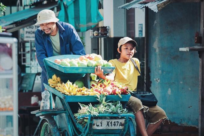 Huỳnh Đông vào vai người cha câm, gà trống nuôi con làm nghề bán trái cây dạo.