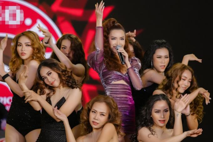 Trong chương trình, nữ ca sĩ trình diễn ca khúc mới Chị ngả em nâng - thuộc thể loại Pop - Moombahton với tiết tấu vui tươi, mang thông điệp tích cực về tình bạn. Đây cũng là ca khúc khép lại dự án Việt Nam Việt Nam được Bích Phương thực hiện suốt hai năm qua.