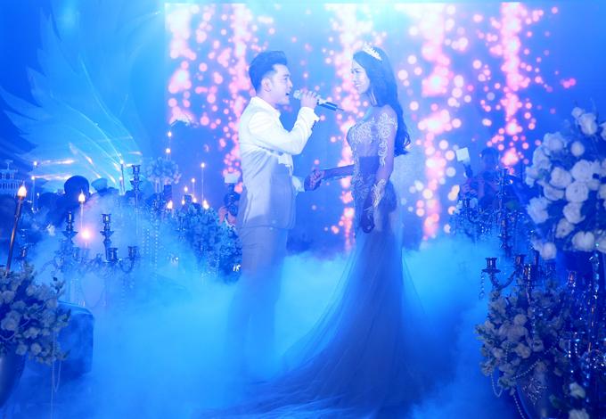 Ưng Hoàng Phúc vừa hát vừa nắm tay, trao ánh nhìn say đắm cho vợ yêu.