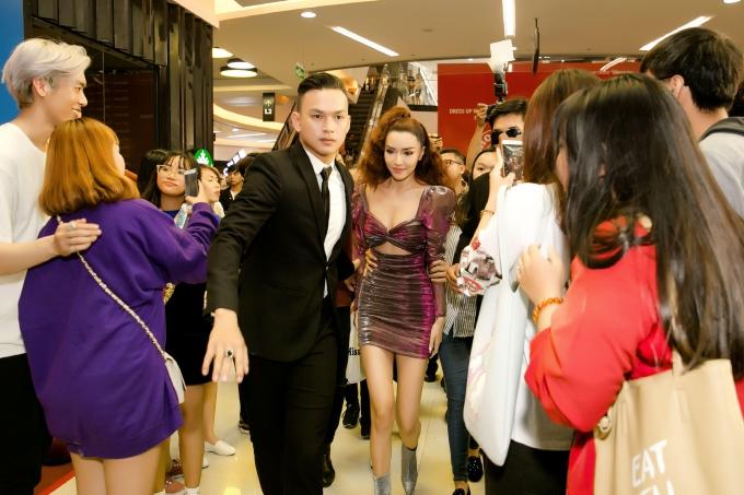 Kết thúc chương trình, nữ giám khảo Vietnam Idol Kids được hộ tống thoát khỏi vòng vây của khán giả.