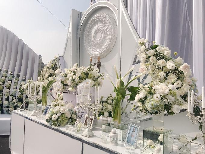 Toàn bộ hoa tươi và phụ kiện trang trí được ekip vận chuyển từ Hà Nội lên Thái Nguyên trong nhiều ngày.