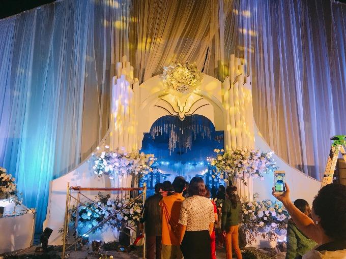 Thông tin về đám cưới khủng ở Thái Nguyên được trang trí lấy cảm hứng từ không gian huyền diệu của bộ phim Avatar đã thu hút sự chú ý của người dân địa phương. Buổi tối trước ngày diễn ra chính tiệc là hôm nay (1/12), rất đông người dân đã đến xem và chụp ảnh tại đây. Đại diện của ekip chia sẻ rằng tuy có gặp khó khăn vì điều này nhưng bù lại, họ nhận được nhiều lời khen ngợi.