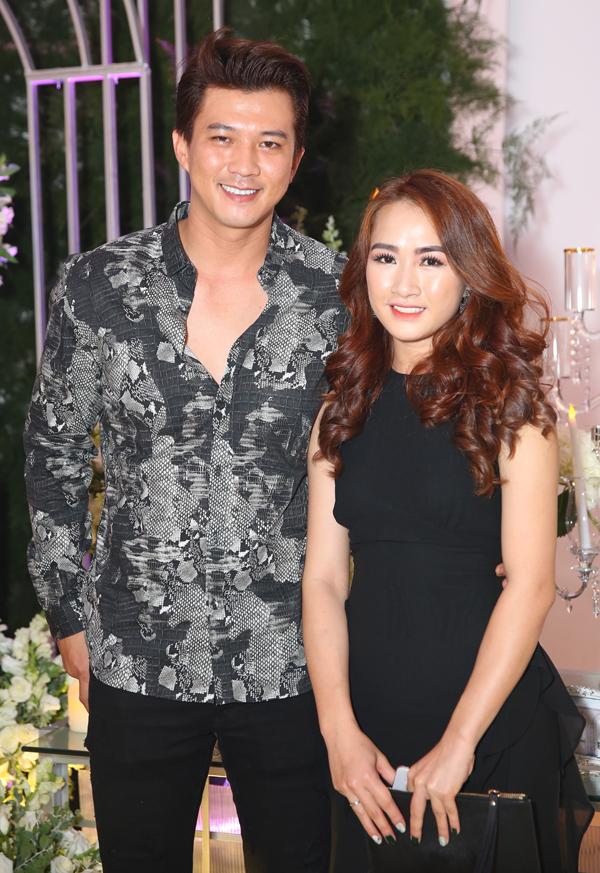 Hà Việt Dũng sánh đôi vợ mới cưới đi ăn cưới đồng nghiệp.