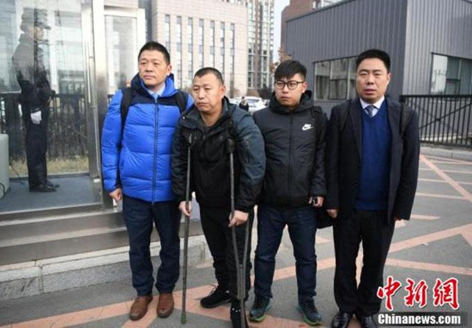Ông Jin Zhehong chống gậy ra khỏi phiên tòa hôm 30/11. Ảnh: Chinanews.