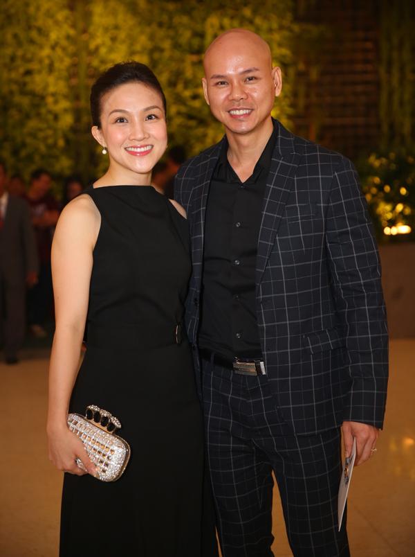 Phan Đinh Tùng sánh đôi vợ.