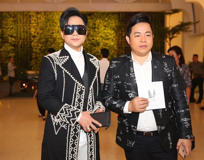 Quách Tuấn Du (trái) và Quang Lê cùng diện trang phục gam đen đi ăn cưới.