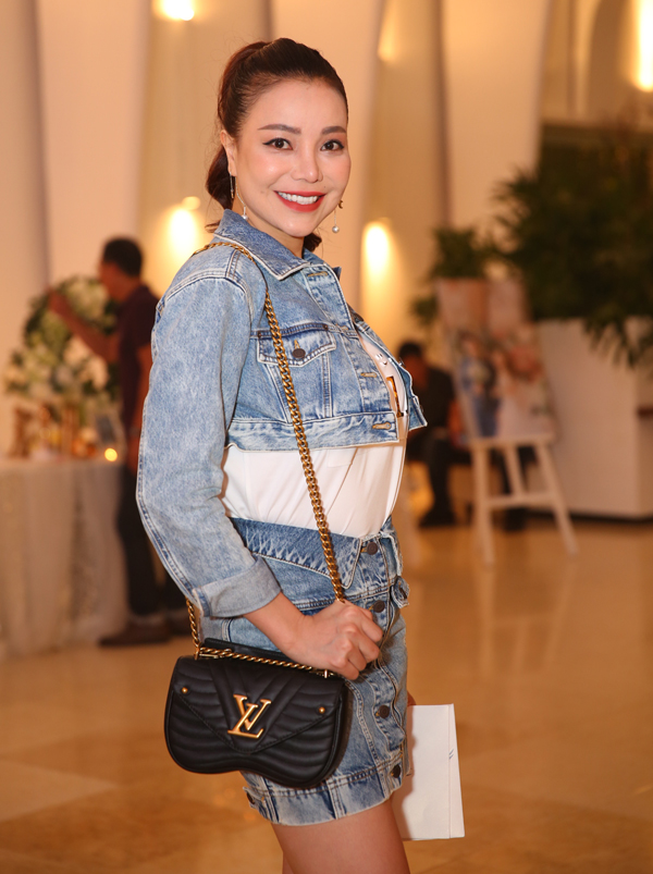 Trà Ngọc Hằng trẻ trung, cá tính với trang phục jean.