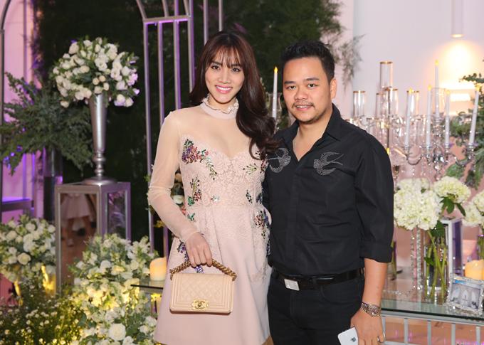 Trang Nhung và ông xã Hoàng Duy trốn hai con đến chúc mừng đồng nghiệp.