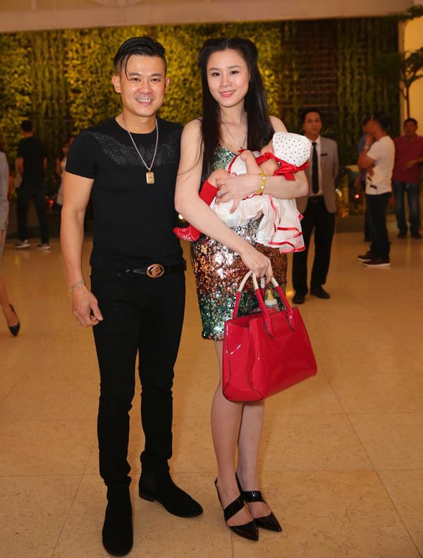 Vân Quang Long và vợ trẻ bế con gái mới sinh vài tháng đi ăn cưới Ưng Hoàng Phúc.