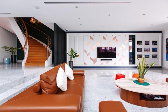 Ngôi nhà mang những gam màu vượt thời gian. Phòng khách là một không gian mở rộng rãi.