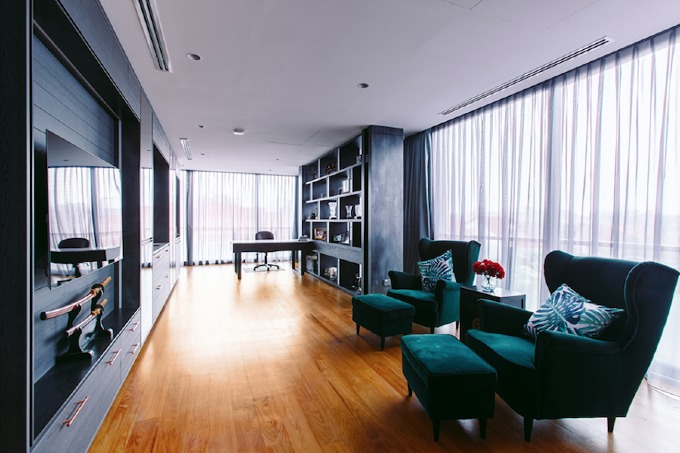 Một khoảng không gian rộng lớn khác trong nhà là nơi thư giãn. Ở đây có sự pha trộn giữa phong cách tối giản và thiết kế mang dấu ấn Anh.