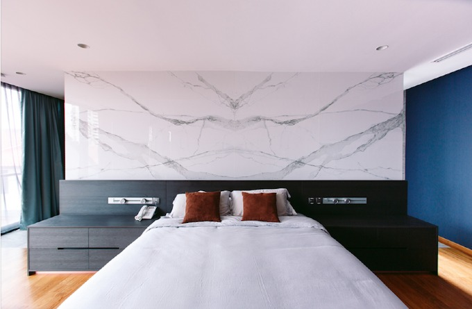 Chiếc giường gỗ đơn giản, không chạm khắc họa tiết; phía trên là một tấm đá cẩm thạch có vân đẹp được sử dụng thay cho tranh, ảnh thông thường.