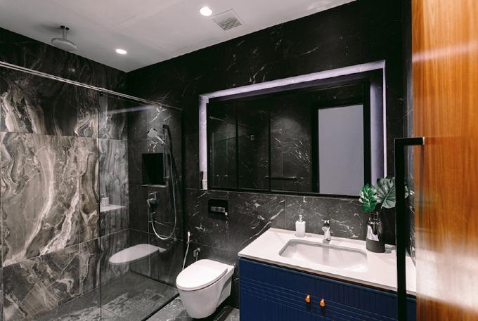 Những tấm đá màu đen tạo cảm giác sang trọng cho phòng tắm.