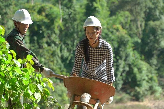 Tiểu Vy tự tay cuốc đất, đẩy xe trong dự án nhân ái ở Bản Nịu, Quảng Bình.
